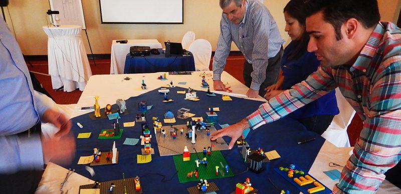 equipo de trabajo en entrenamiento lego serious play