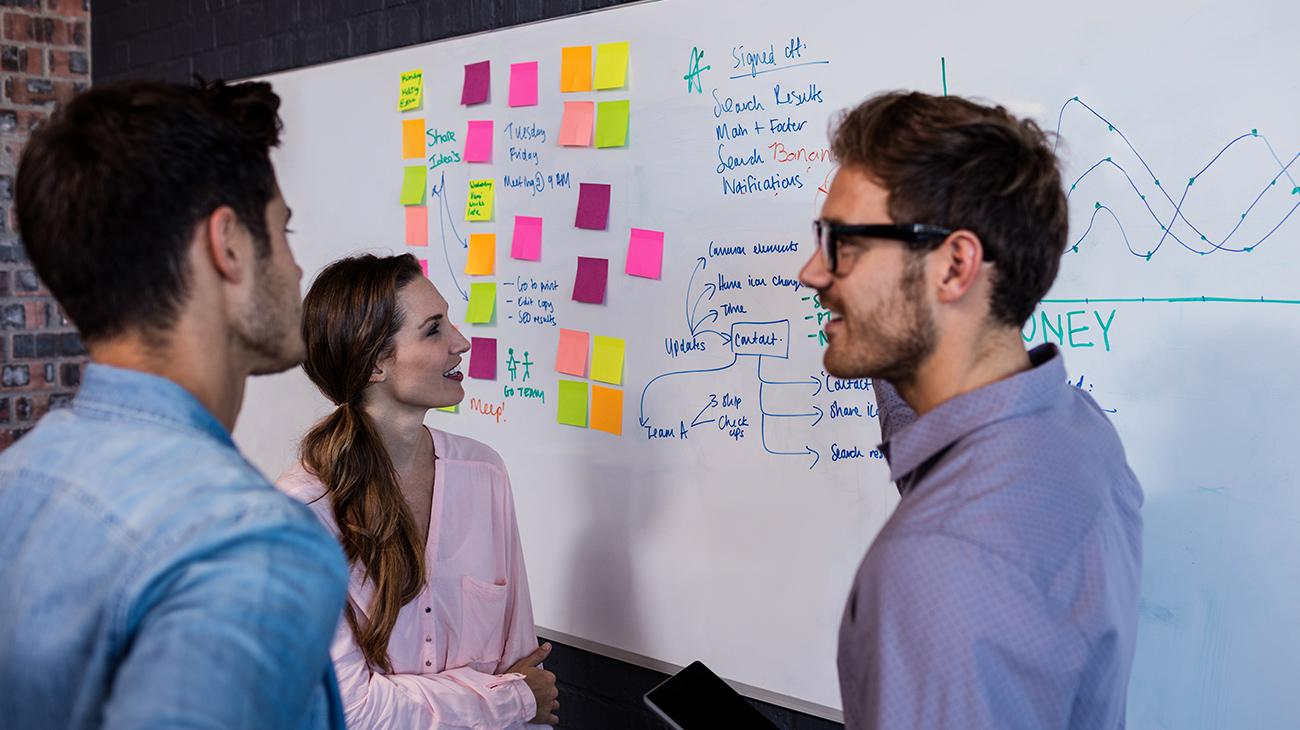 equipo de trabajo planeando estrategia sobre tablero